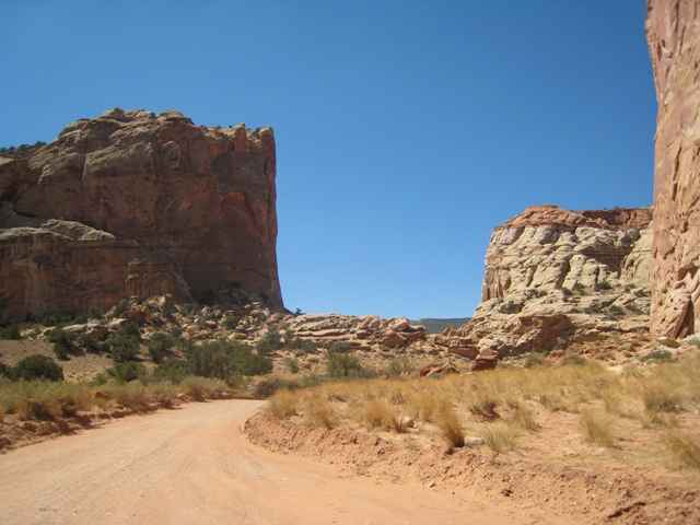 The dirt road winds its way past Cassidy Arch – at the top of the cliff on the right… no sign of Paul Newman, though….